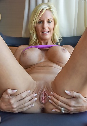 Hot Moms Spread Pussy Porn Pictures