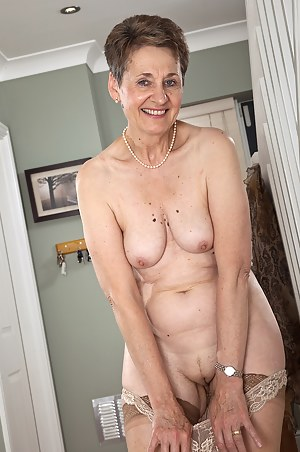 Hot Moms Undressing Porn Pictures
