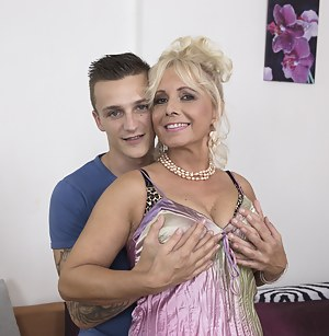 Hot Moms Seduction Porn Pictures