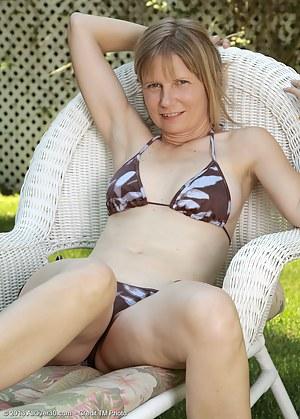 Hot Bikini Moms Porn Pictures