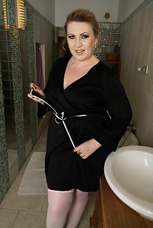 Hot Moms Bathroom Porn Pictures